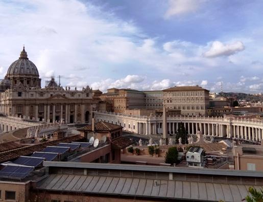 Basilika Santo Petrus Vatikan dilihat dari  Pusat Misi dan Formasi Internasional (CIAM) di Bukit Gianicolo, yang masuk teritori Vatikan