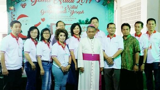 foto bersama Mgr. Agus, Para pastor dan Panitia Natal dan Bazar
