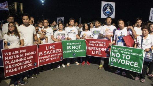 """Umat Katolik Filipina membawa tulisan-tulisan tentang kehidupan dalam """"Jalan Kaki untuk Kehidupan"""" di Manila. Foto AFP"""