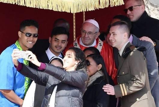 Paus Fransiskus berfoto selfi dengan OMK di akhir Misa Minggu Palma di Lapangan Santo Petrus. TIZIANA FABI, AFP, Getty Images