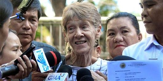 Suster Pat berbicara dengan media saat dibebaska dari tahanan. Foto Catholic Leader