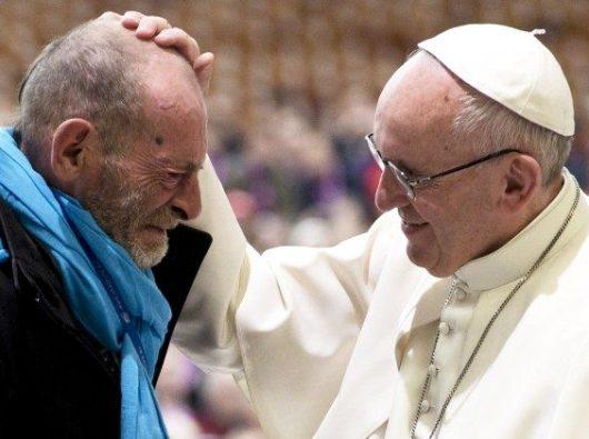 Paus Fransiskus mengibur seorang miskin