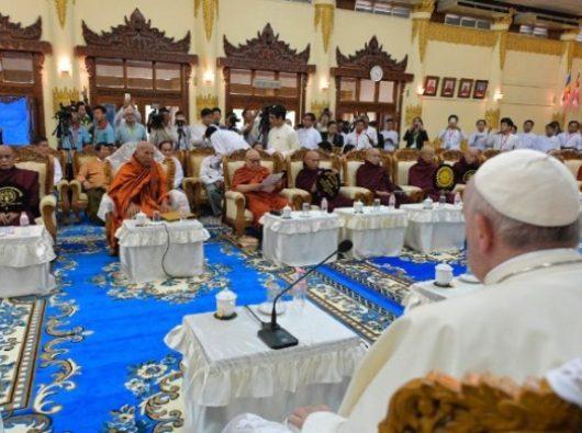 Paus Fransiskus bertemu dengan umat Buddha di Yangon, Myanmar, 29 November 2017.