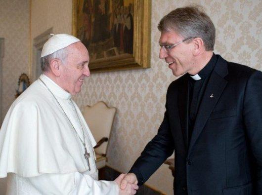 Paus Fransiskus bersama Sekretaris Jenderal Dewan Gereja-Gereja se-Dunia Pendeta Olav Fykse Tveit.
