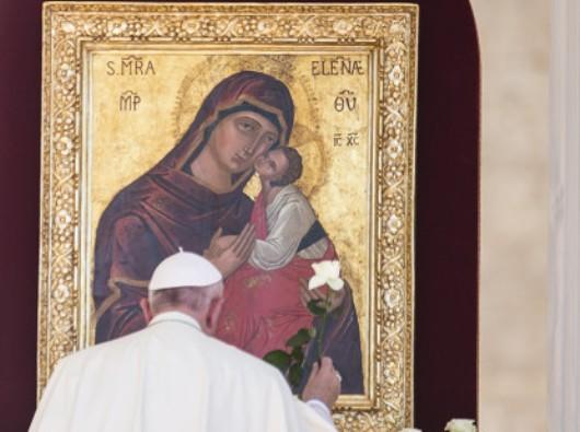 Paus Fransiskus berdoa kepada Perawan Maria  Foto oleh Antoine Mekary | ALETEIA