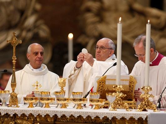 Paus Fransiskus rayakan Ekaristidi Basiika Santo Petrus di Vatikan 10 April 2018. CNS photo/Paul Haring