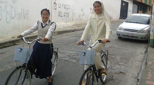 Para suster bersepeda di jalan-jalan di Pamplona/Foto Courtesy:  Para Suster Trovadoras Ekaristi