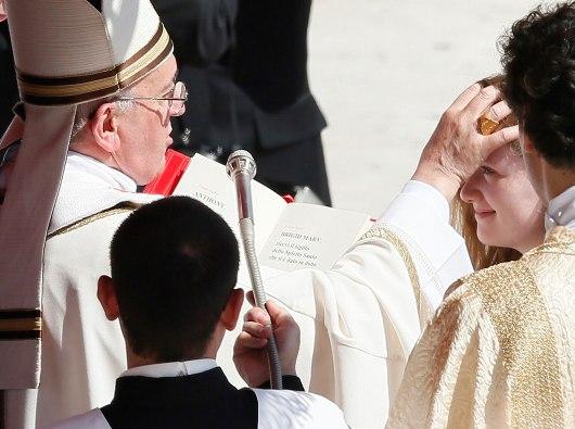 Paus Fransiskus ketika mengurapi seorang perempuan dengan minyak krisma/Foto CNS oleh Paul Haring