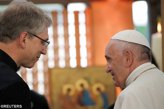 Paus bersama Sekretaris Jenderal Dewan Gereja-Gereja se-Dunia (WCC) Pendeta Olaf Fykse Tveit/Reuters