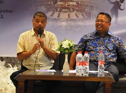Pastor Benny Susetyo (kiri) sedang berbicara tentang Gereja dalam Panggung Politik. Foto dari panitia seminar.