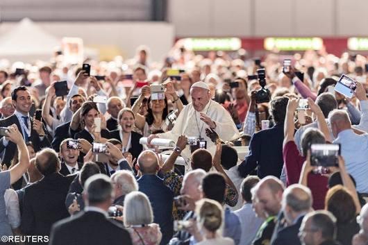 Paus menyapa umat yang menantinya di depan Palexpo Convention Center Jenewa