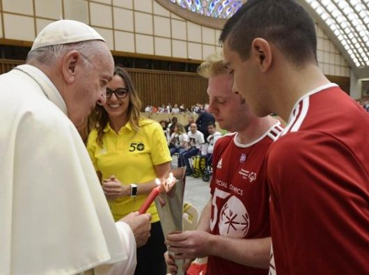 Paus nyalakan lilin dari obor Olimpiade Khusus/Vatican Media