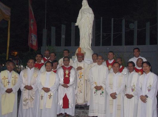 Mgr Ignatius Suharyo dan 18 imam bergambar di depan patung Bunda Maria di Paroki Tangerang/kon