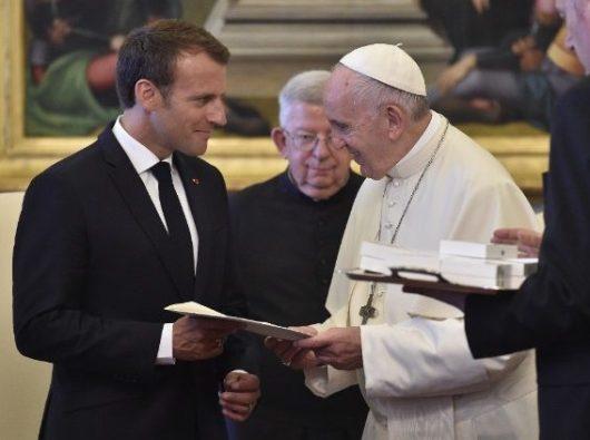Paus Fransiskus dan Presiden Perancis  berbagi hadiah/Vatican News