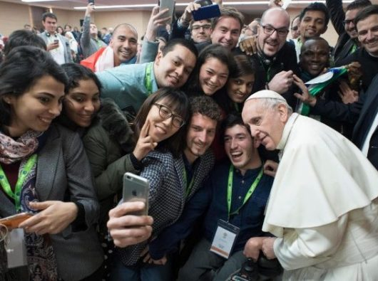 Paus Fransiskus bersama peserta orang muda dalam Pertemuan  Pra-Sinode di Roma, 19 Maret 2018.  (ANSA)