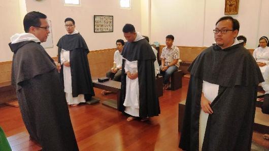 Pastor Filemon Dela Cruz OP bersama tigra frater yang mengucapkan kaul sementara/Ist