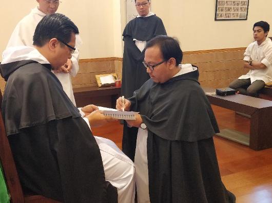 Frater Robertus Adi Nugroho OP dari Jakarta bertanda tangan atas janjinya
