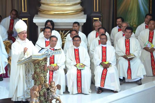 Mgr Antonius Subianto Bunjamin OSC meminta anak-anak Sekami tunjukkan identitas anak-anak missioner/Foto Komsos KAP