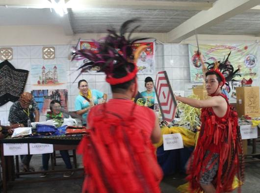 Tarian Perang Tradisional Minahasa menghiasi Stand Pameran Sekami Keuskupan Manado dalam Jamnas Sekami 2018 di Pontianak/PEN@ Katolik/pcp