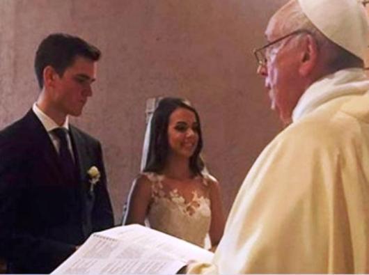Paus Fransiskus dalam  upacara pernikahan anggota Garda Swiss Luca Schafer dan Leticia Vera asal Brasil. Foto diambil dari La Stampa