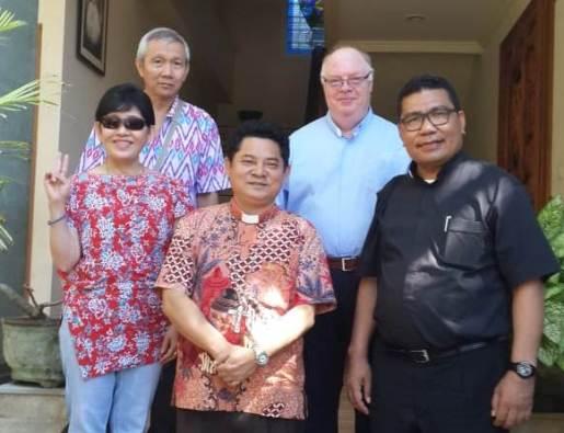 Pastor Markus Solo SVD bersama Uskup Bali Mgr Silvester San (tengah)