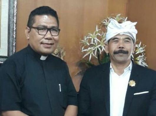 Pastor Markus Solo SVD bersama Ketua Parisada Hindu Dharma Indonesia (PHDI) Provinsi Bali I Gusti Ngurah Sudiana.