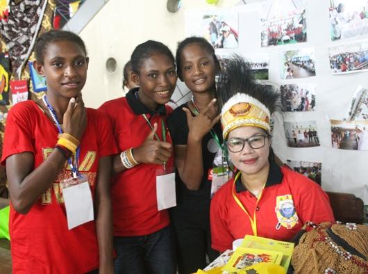 Narita bersama anak remaja Agats di stand Pameran Sekami Keuskupan Agats/PEN@ Katolik/pcp