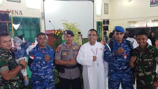 Pastor Bantuan Militer TNI dan Polri (Pasbanmilpol) OCI Pastor Rofinus Ronny Neto Wuli Pr bersama anggota TNI dan Polri beragama Katolik