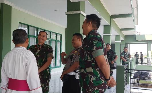 Mgr Agustinus Agus bercakap-cakap dengan anggota TNI beragama Katolik