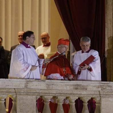 Kardinal Jean-Louis Tauran mengumumkan terpilihnya Paus Fransiskus