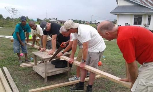 Para pekerja sosial Vrienden van Bokki  membangun menara air dan sumur bor/ym