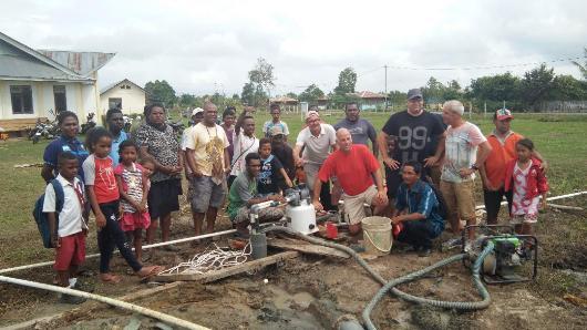 Para pekerja sosial Vrienden van Bokki bergambar bersama  Komisi PSE Kame dan warga  Sarsang di lokasi pembangunan sumur bor/ym