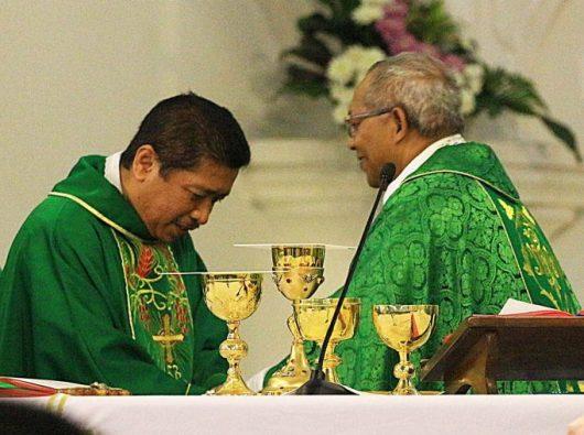 Mgr Christophorus Tri Harsono Uskup terpilih Keuskupan Purwokerto (kiri) bersama Uskup Bogor Mgr Paskalis Bruno Syukur OFM saat pembacaan pengangkatan dari Paus Fransiskus. (Foto berdasarkan Aloisius Johnsis)