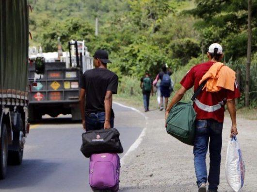 Warga negara Venezuela berjalan di jalan antara Curcuta - Pamplona di Kolombia meninggalkan kesulitan hidup di negara mereka (ANSA)