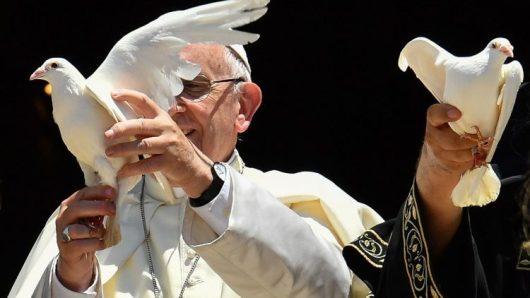 Paus Fransiskus bersama para patriark Gereja-Gereja Timur tengah melepaskan merpati perdamaian/Vatican Media