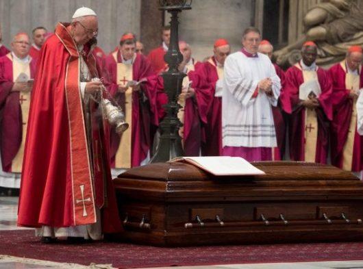 Paus Fransiskus mendupai jenazah Kardinal Tauran di akhir Misa Requiem di Basilika Santo Petrus/Vatican Media