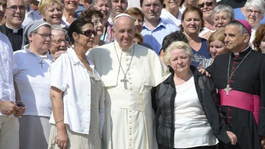 Paus Fransiskus dengan Roselyne, saudara perempuan dari Pastor Hamel, dan Uskup Agung Rouen Mgr Dominique Lebrun di Lapangan Santo Petrus 14 September 2016