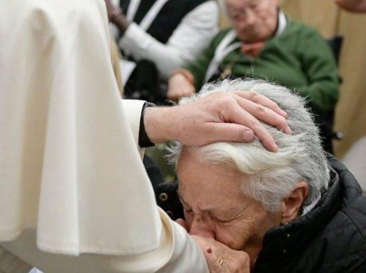 Paus dan seorang wanita lansia. Foto arsip Vatican Media