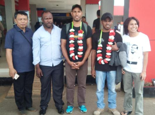 Diakon Simon Petrus Takahanem Kaize MSC (tengah) tiba di Bandar Udara Mopah Merauke bersama rekannya Diakon Everandus Natalis Resubun MSC