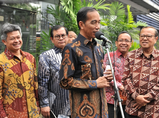 Presiden Jokowi bersama dari kiri ke kanan: Sekretaris Jenderal KWI Mgr Antonius Subyanto Bunjamin OSC, Sekretaris Kabinet (Seskab) Pramono Anung, Pastor Benny Susetyo, Menteri Sekretaris Negara Praktino, dan Ketua KWI Mgr Ignatius Suharyo. Foto JAY/Humas Sekretariat Kabinet RI