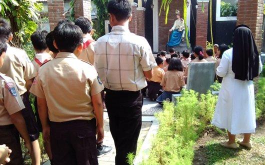 Doa bersama anak-anak dalam acara open house Novisiat OP