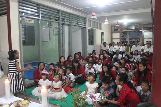 Seorang anak Pondok Si Boncel memimpin lagu dalam Misa Pesta Santo Dominikus. (PEN@ Katolik/pcp)