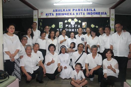 Suster Maria Hildegardis Afra OP (berdiri di tengah) bergambar bersama Dominikan Awam Jakarta yang hadir dalam pesta Santo Dominikus. (PEN@ Katolik/pcp)