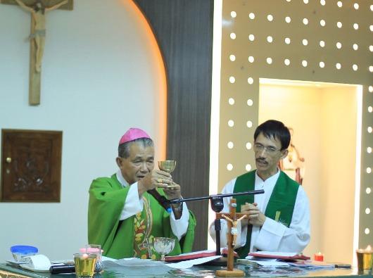 Misa bersama wartawan Katolik KAP dipimpin Mgr Agus yang didampingi Vikjen Pastor William Chang OFMCap. Foto Komsos KAP