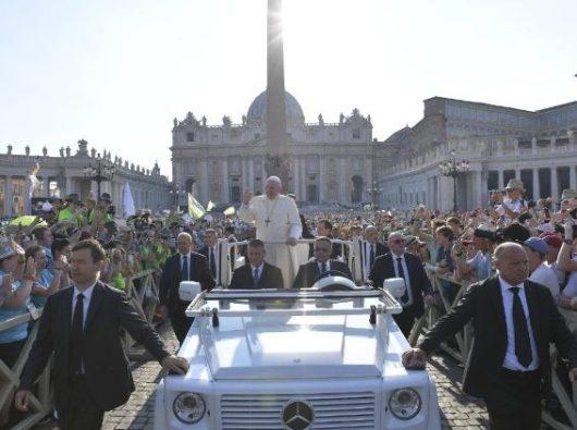 Paus di tengah 72.000 putra-putri altar. Foto Vatican Media