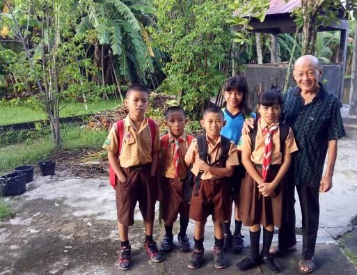 Pastor Patrick bersama anak-anak
