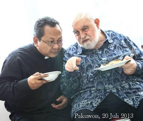 Pastor Agustinus Tri Budi Utomo Pr (Romo Didik) dan Pastor Habil Josef Glinka SVD