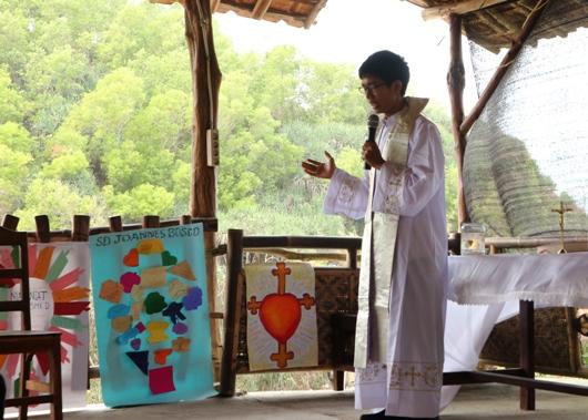 Pastor Oktavianus Eka Novi Setyanta Pr memberkati Gerakan Cinta Kebenaran dari unit-unit sekolah, saat Misa Perayaan Santo Dominikus YSD di Pantai Sepanjang Gunungkidul
