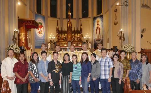 Para atlet Indonesia yang beragama Katolik bergambar bersama Uskup Agung Jakarta dan para imam  selesai Mia Syukur di Katedral Jakarta. Foto Komsos Katedral Jakarta