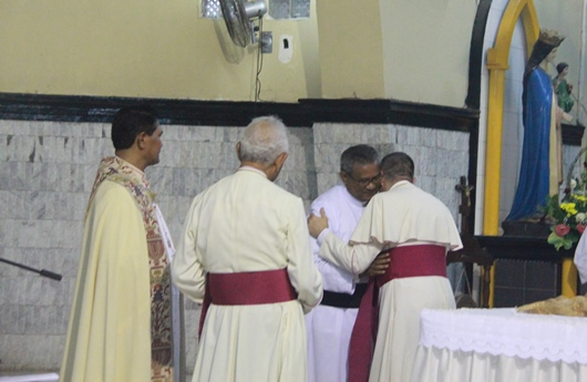 Duta Vatikan memeluk dan menyalami Mgr Edwaldus. PEN@ Katolik/pcp